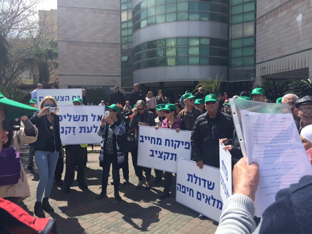 הפגנה מול בית האבות נאות כיפת הזהב (צילום: שושן מנולה)