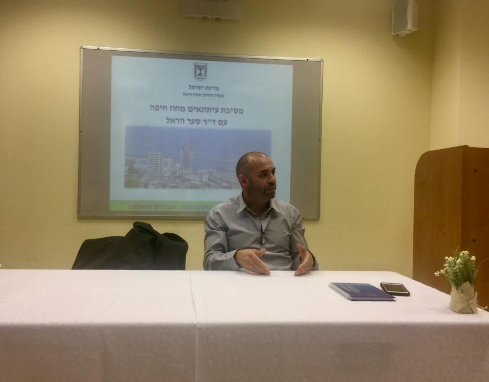 """ד""""ר סער הראל במסיבת עיתונאים ראשונה (צילום: שושן מנולה)"""