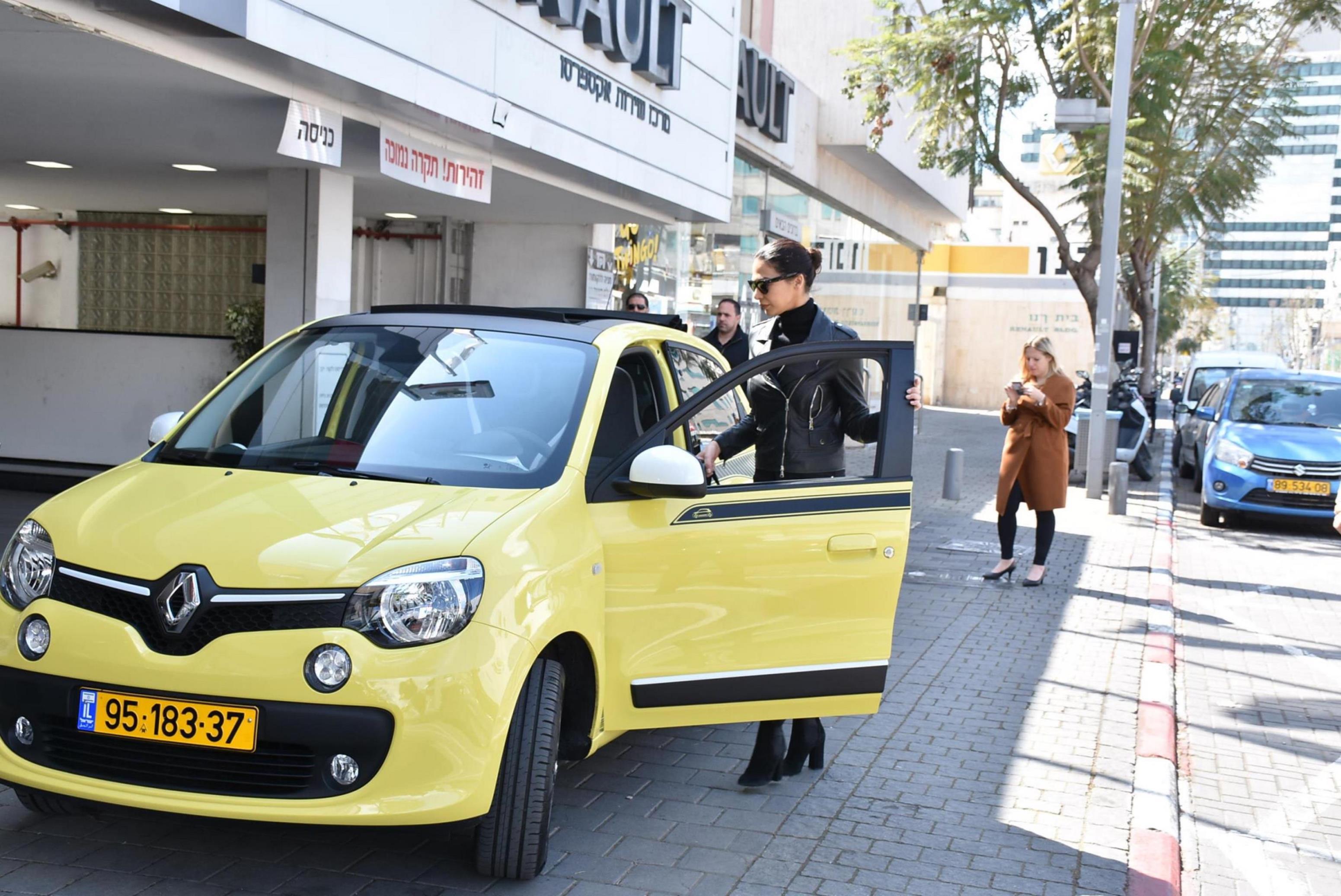 מורן אטיאס והמכונית החדשה. כי היא סלב (צילום: אביב חופי)