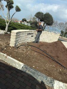עובד עירייה מסיר את כל הכיתובים מהשלט (צילום: אורן סולן)