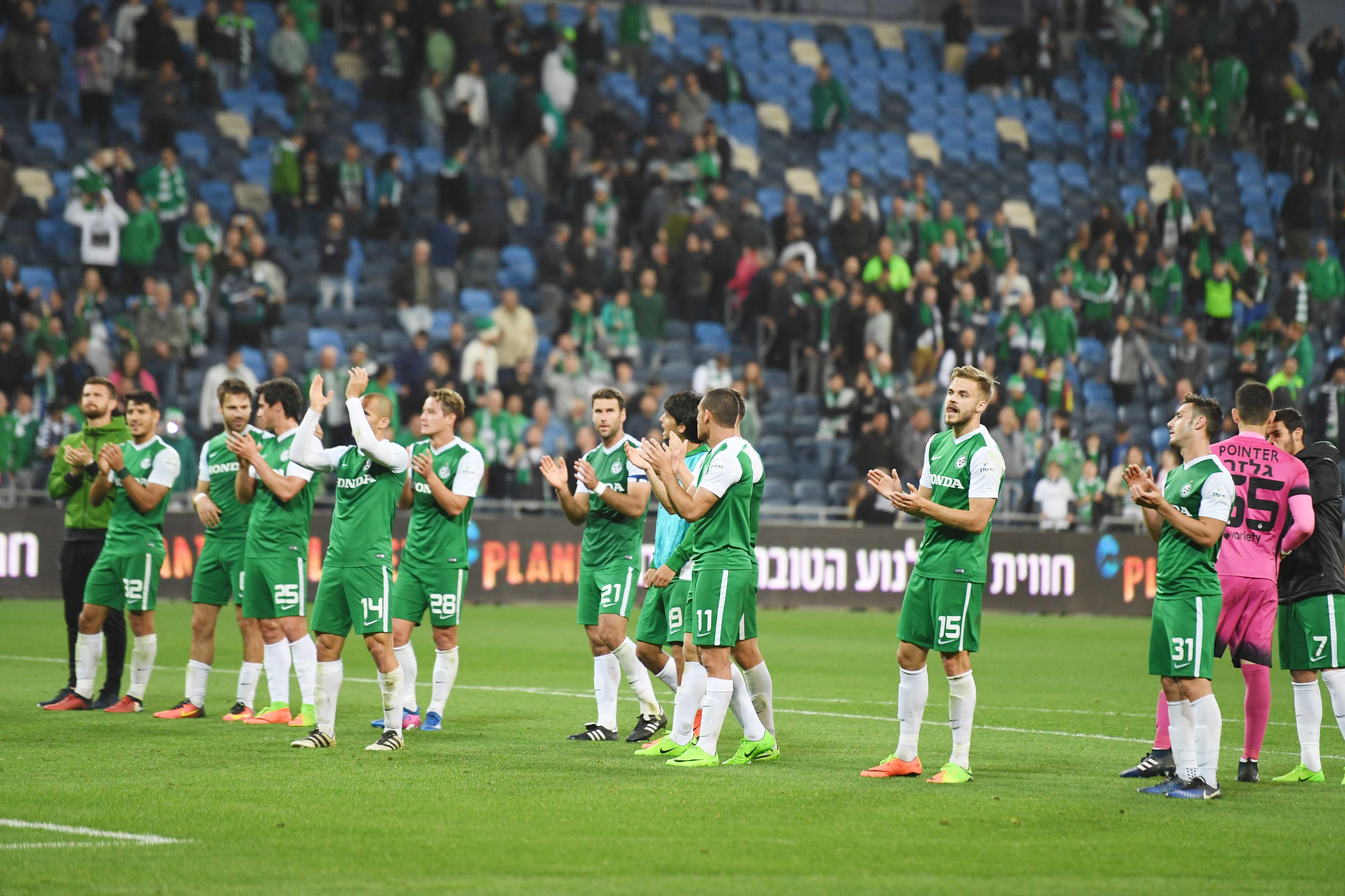 שחקני מכבי חיפה מודים לקהל. שמחה מאופקת (צילום: צלמוס)