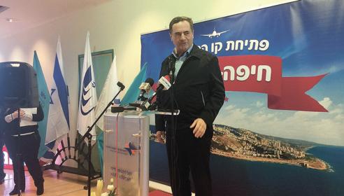 שר התחבורה ישראל כץ בשדה התעופה בחיפה (צילום: שושן מנולה)