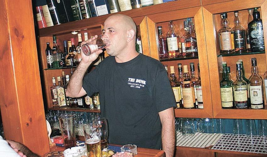 אלכס אדלשטיין בפאב הדאנק (צילום: שי אילן)