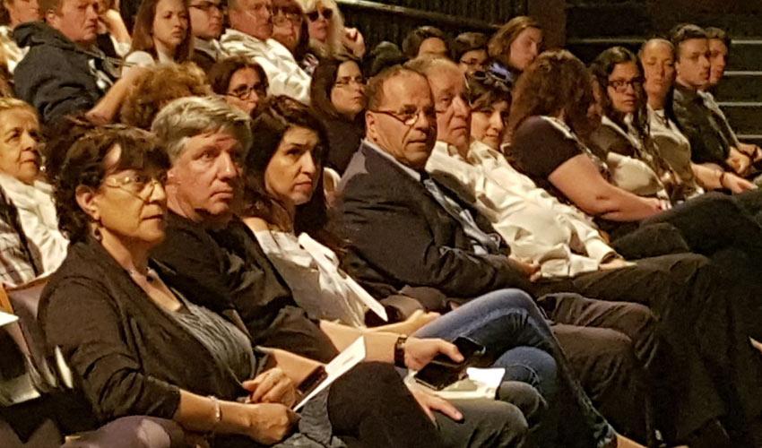 השר איוב קרא בטקס יום השואה בתיאטרון חיפה (צילום: דוברות לשכת השר)