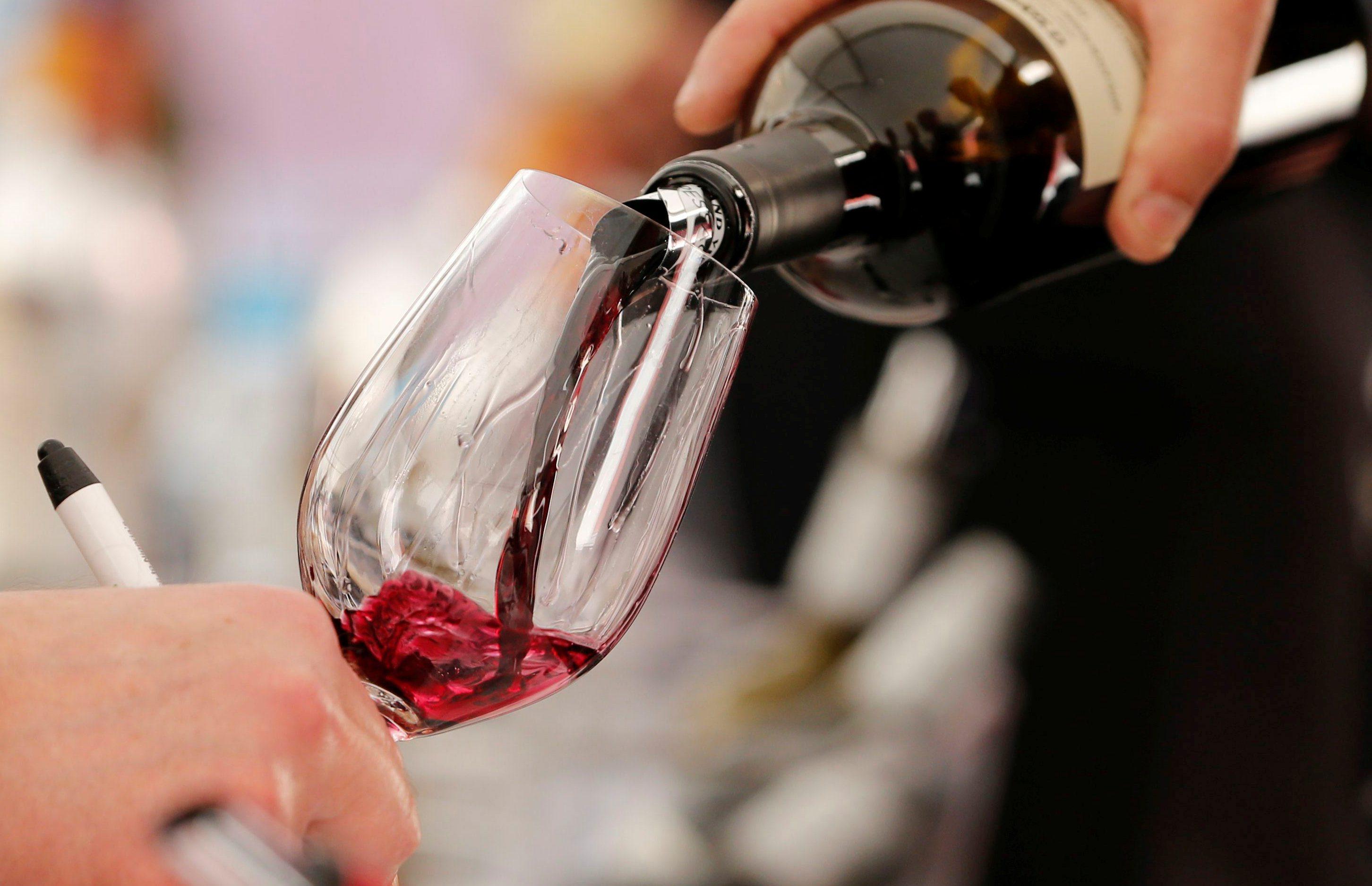 יין נמזג לכוס (צילום: רויטרס)