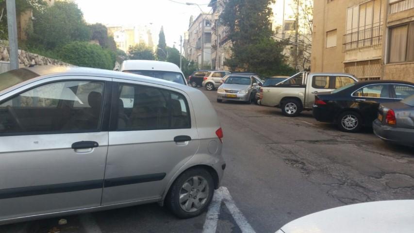 מכוניות חונות על המדרכות ברחוב פועה