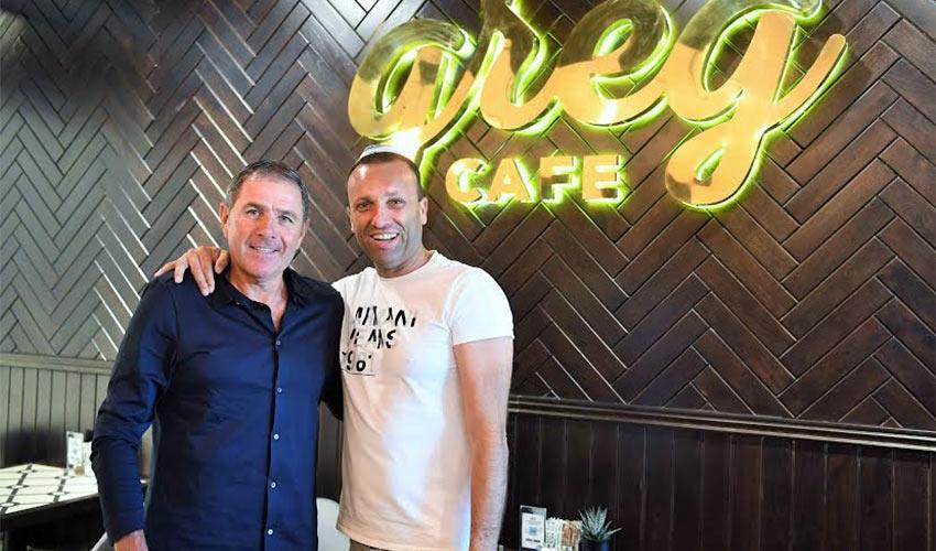"""אלי גוטמן ויאיר מלכה בבית הקפה החדש. """"עזוב אותי מחיפאים"""" (צילום: צלמוס)"""