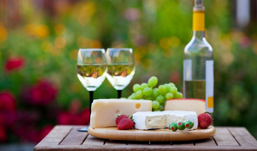 גבינות ויין. מסתבר שיש דברים פחות משמינים (צילום: א.ס.א.פ קריאייטיב/INGIMAGE)
