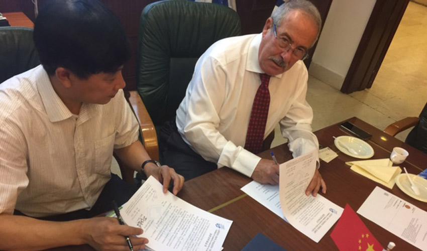 החתימה על הסכם שיתוף הפעולה הכלכלי (צילום: משה צוריך)