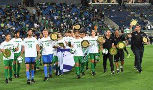 קבוצת הנוער של מכבי חיפה חוגגת עוד אליפות. אין לאן להתקדם (צילום: צלמוס)