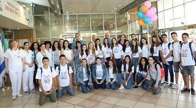 תלמידי בית הספר הריאלי בהשקת חדר המתנות במרכז הרפואי בני ציון (צילום: איציק גולדשטיין)