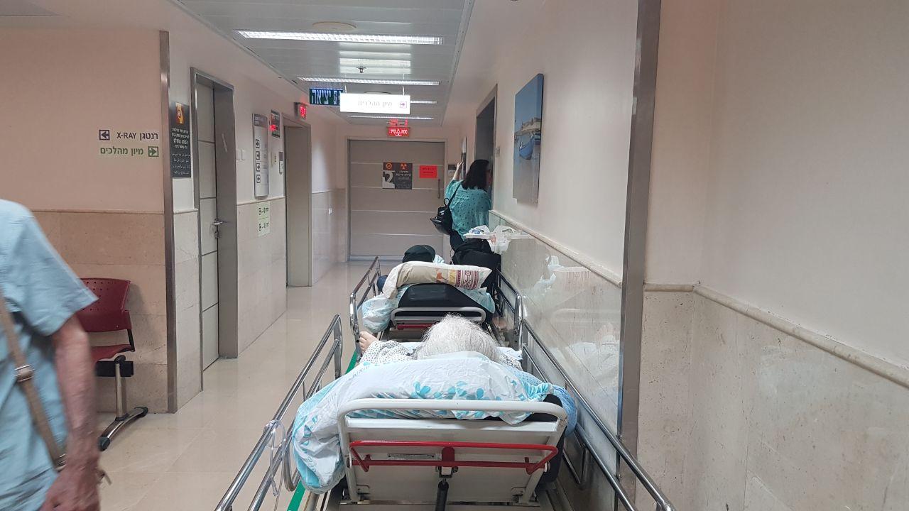 """חולים במסדרון במחלקת המיון ברמב""""ם (צילום: דוברות רמב""""ם)"""