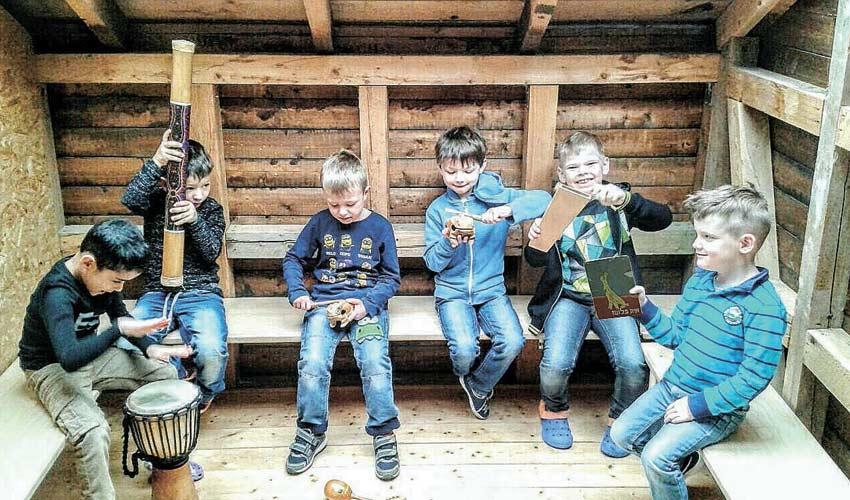 """ילדי הגן בגרמניה עם הספר """"איה פלוטו"""" (צילום: דוברות המועצה האזורית מגידו)"""