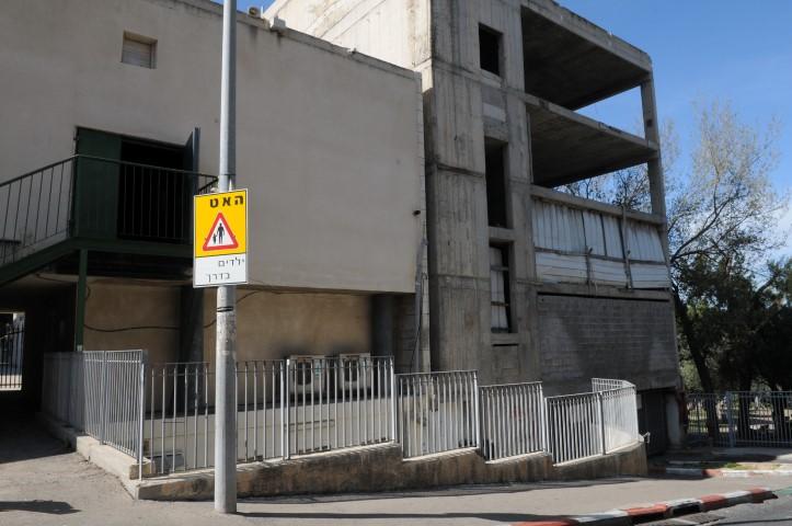 בניין נטוש ליד תיאטרון חיפה (צילום: רמי שלוש)