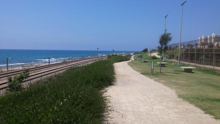 מסילת הרכבת באזור החוף בחיפה (צילום: רמי שלוש)