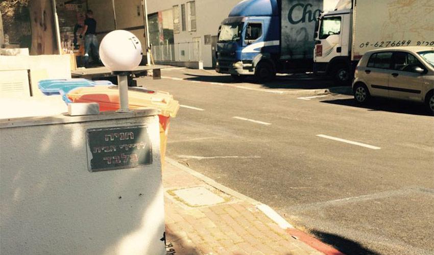 משאיות חוסמות את המדרכה בדרך לבית הספר איינשטיין
