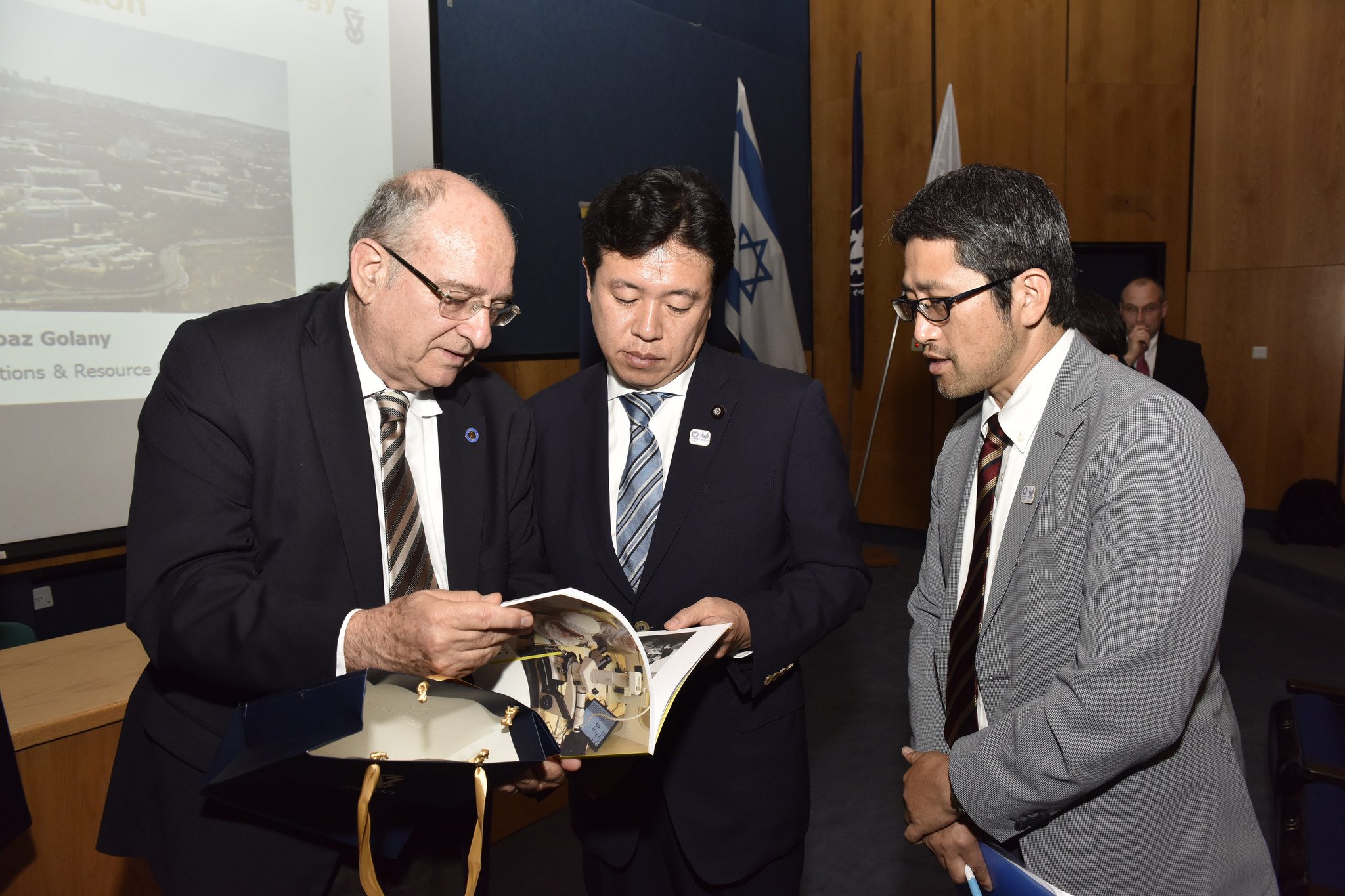 נשיא הטכניון פרופ' פרץ לביא ושר המדע, הטכנולוגיה והחלל היפני יוסקה טסורוהו (צילום: שרון צור)