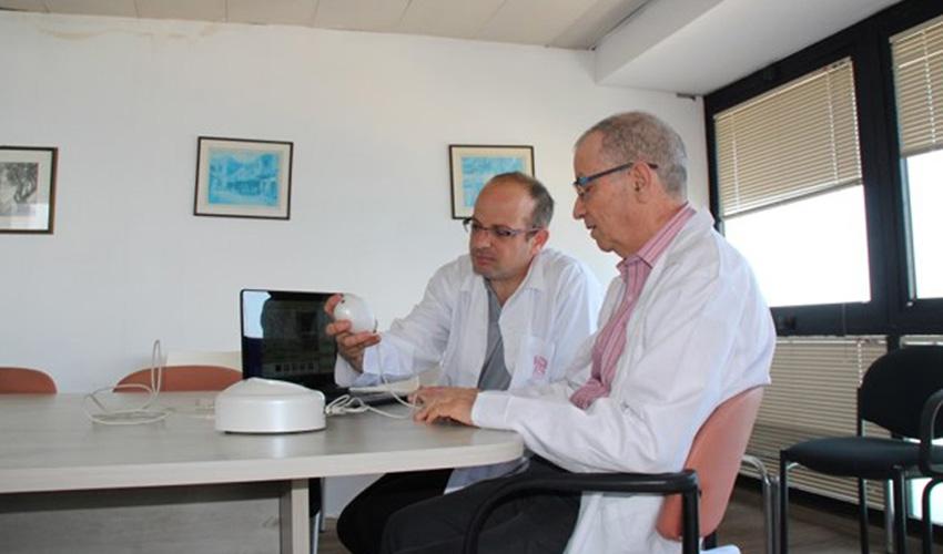 """פרופ' עמוס גילהר וד""""ר אביעד קרן עם המכשיר המיועד לאבחון לפני ואחרי ביצוע הטיפול"""