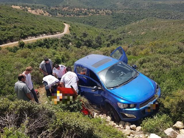 """אנשי מד""""א מחלצים את הנהג מהרכב (צילום: תיעוד מבצעי מד""""א)"""