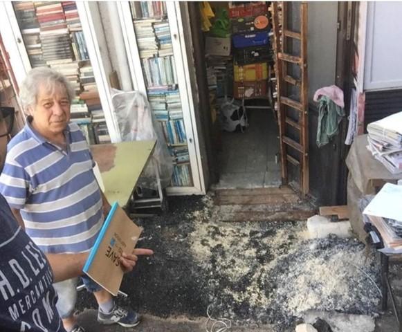 שמואל גולדן בפתח חנותו במרכז הכרמל