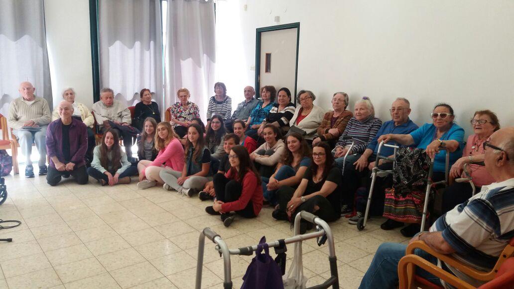 המפגש בין התלמידים לשורדי השואה (צילום: עמותת שילה)