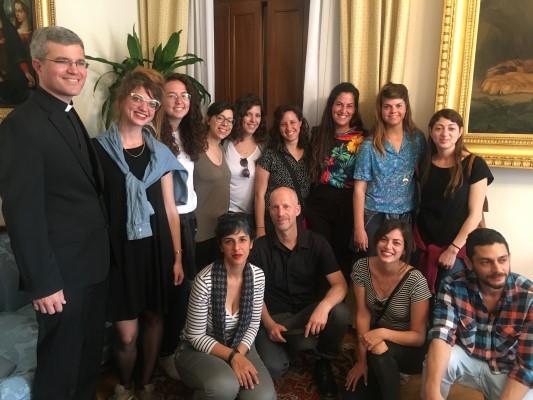 """הסטודנטים מויצו עם מנהל אגודת הידידים של מוזיאוני הותיקן האב דניאל הנסי (צילום: יח""""צ)"""