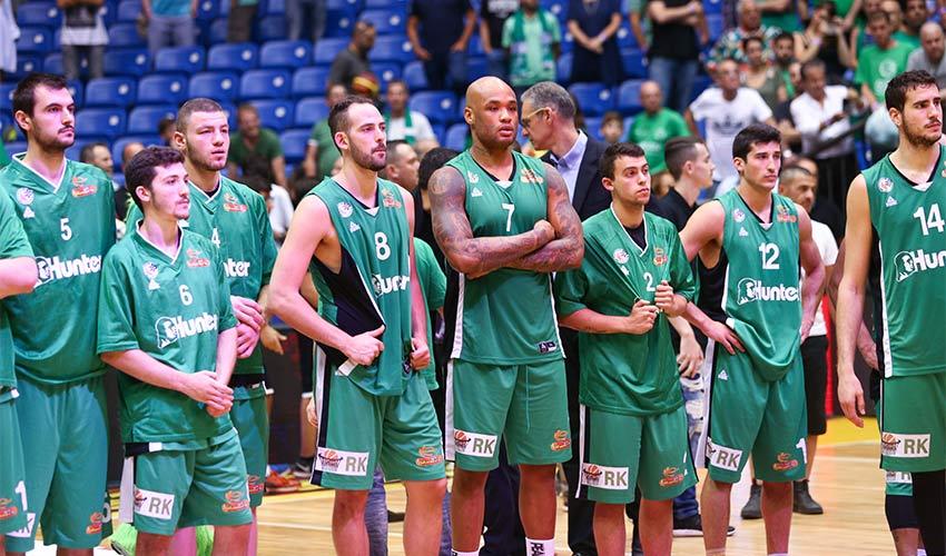 שחקני מכבי חיפה אחרי ההפסד בגמר. אכזבה וגאווה (צילום: דני מרון)