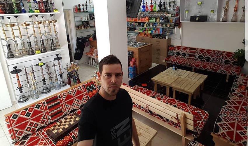 דדי פולק בחנות הנרגילות. לא רק חנות אלא מקום בילוי