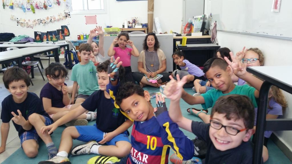תלמידי כיתה א' הדו לשונית עם המורה רוני צונץ (צילום: שי אילן)