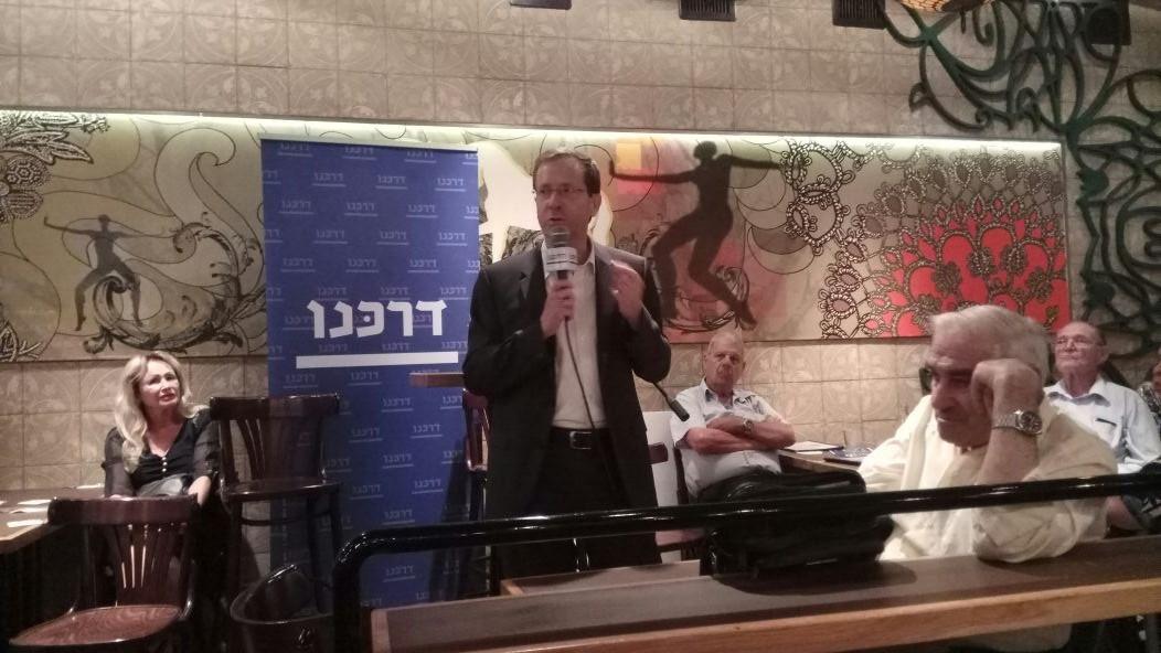 יצחק הרצוג במפגש בסליק בר (צילום: אלה אהרונוב)