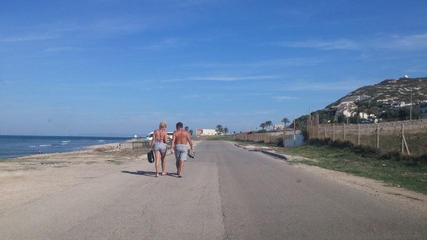 צועדים לאורך חופי חיפה (צילום: רמי שלוש)