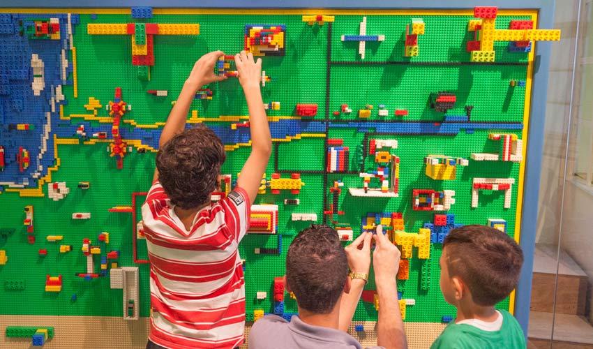 """ילדים בונים עיר מלגו במדעטק (צילום: יח""""צ)"""
