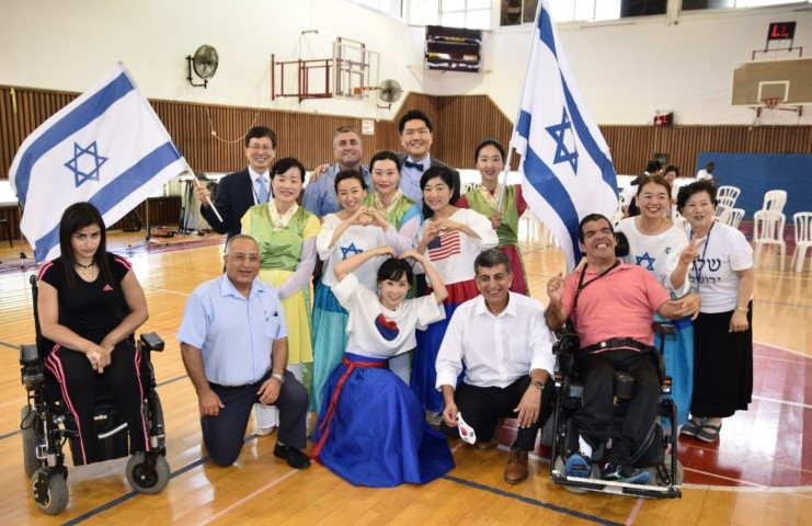 """הנוצרים הקוריאנים בביקור במרכז עמותת איל""""ן (צילום: נחום סגל)"""