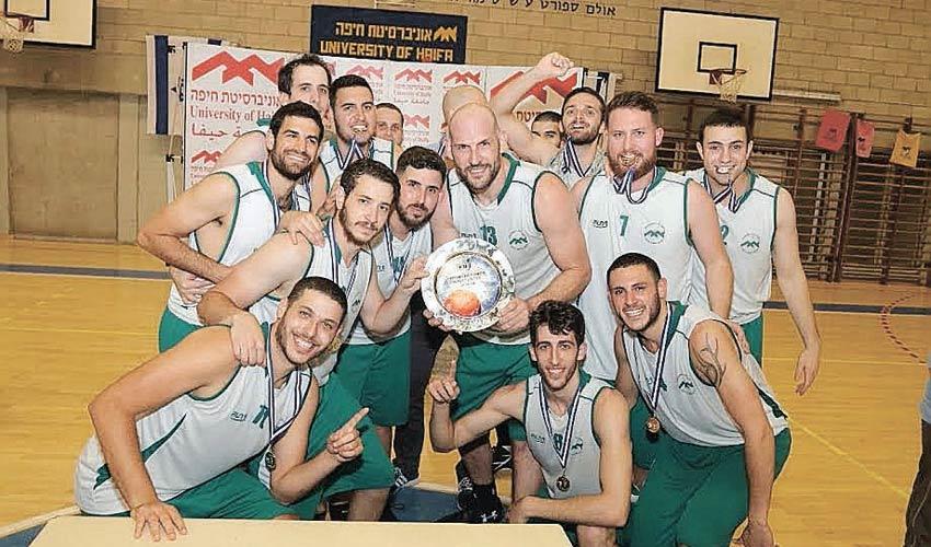 נבחרת הכדורסל של אוניברסיטת חיפה חוגגת אליפות. הגבוה באמצע נראה מוכר, לא? (צילום: יניב קופל)