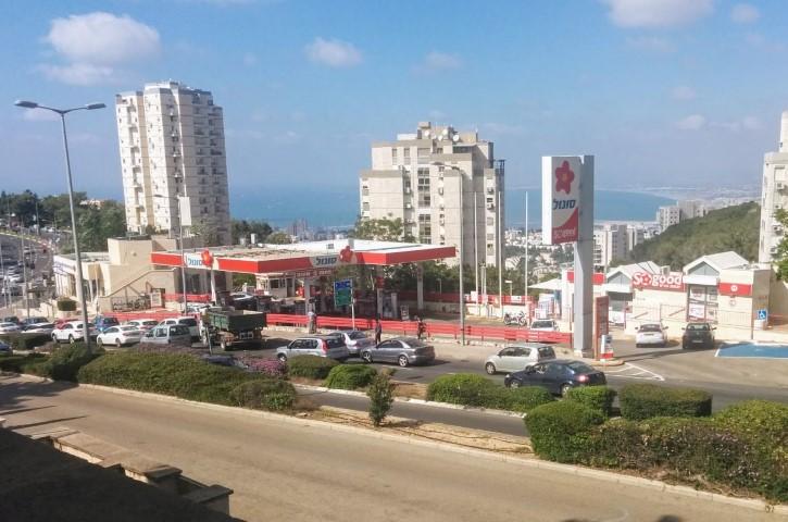 תחנת הדלק סונול בכניסה לדניה (צילום: אביב שילה)