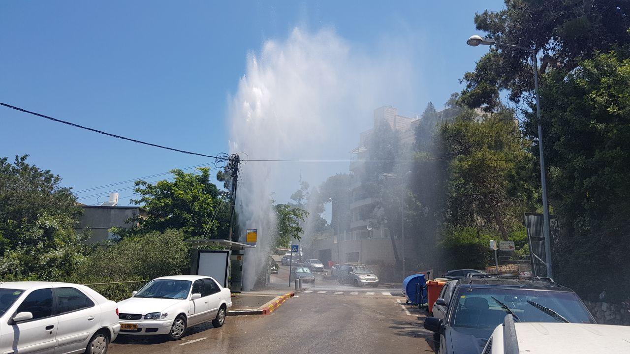 פיצוץ צינור ברחוב איינשטיין (צילום: דוד רטנר)