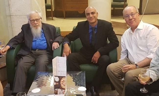 """פרופ' רוג'ר מאירסון, מנכ""""ל מלון קראון פלאזה אלון שאול ופרופ' ישראל אומן. היתה גם עוגה?"""