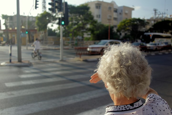 קשישה חוצה את הכביש (צילום: אילן אסייג)