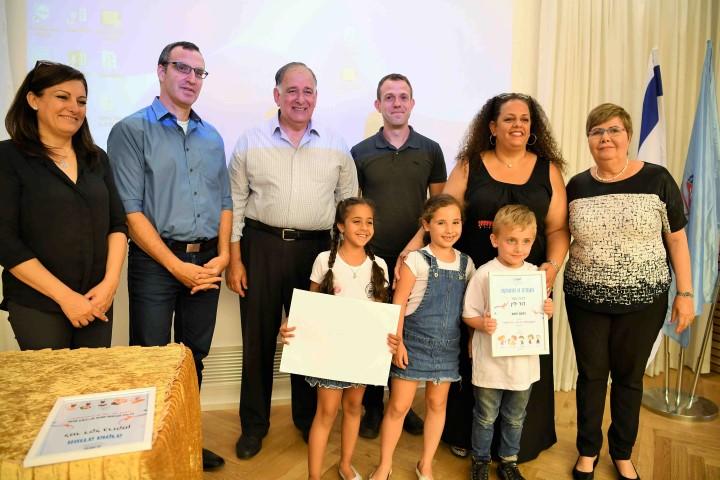 נציגי בית הספר דוד ילין מקבלים את הפרס (צילום: ראובן כהן)