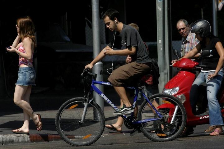 רוכב אופניים (צילום: תומר אפלבאום)
