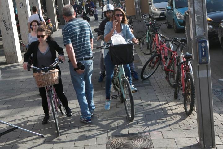 רוכבי אופניים והולכי רגל (צילום: תומר אפלבאום)