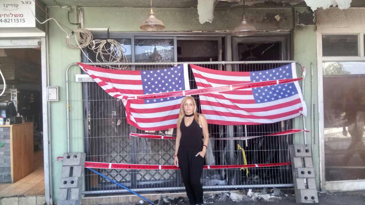 בעלת מסעדת באני'ס ליאת להט בפתח המסעדה השרופה (צילום: אלה אהרונוב)
