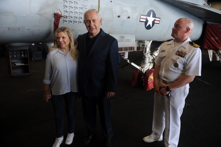 """בנימין ושרה נתניהו על סיפון נושאת המטוסים """"ג'ורג' וו. ה. בוש"""" (צילום: רמי שלוש)"""