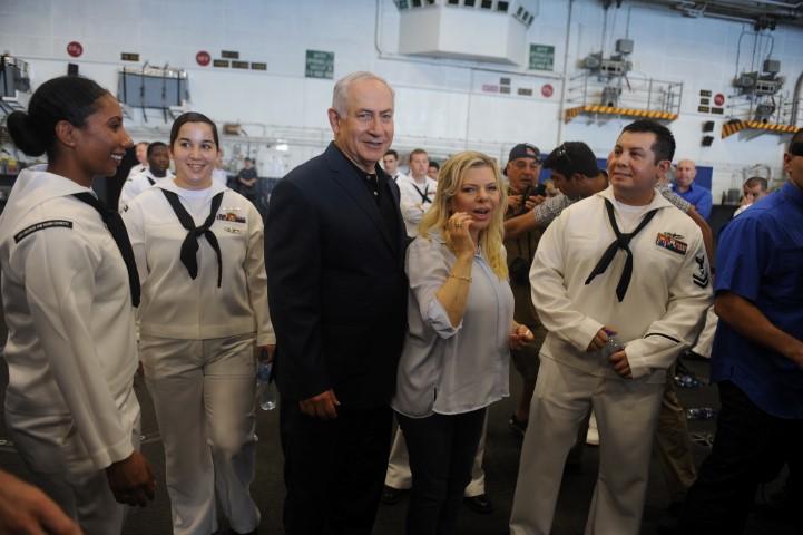 ראש הממשלה ורעייתו במהלך הביקור על נושאת המטוסים (צילום: רמי שלוש)