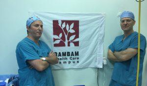 """ד""""ר צח שרוני וד""""ר עמרי אמודי בגאנה (צילום: דוברות הקריה הרפואית רמב""""ם)"""