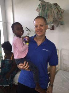 """ד""""ר צח שרוני עם מטופלת (צילום: דוברות הקריה הרפואית רמב""""ם)"""