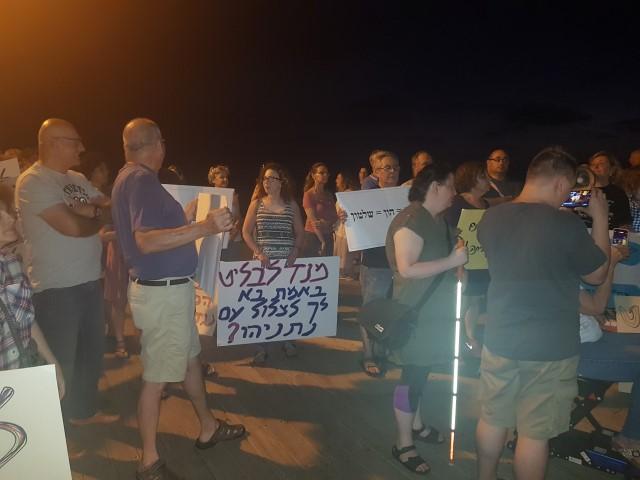 ההפגנה בחוף דדו (צילום: שני מועלם)