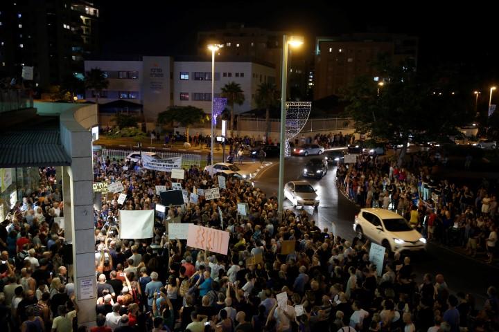 המחאה מתעוררת בפתח תקוה (צילום: מוטי מילרוד)
