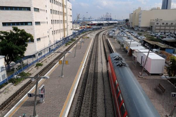 מסילת הרכבת והחיץ בין הים לעיר (צילום: רמי שלוש)