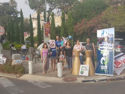 הפגנה מול ביתו של שר האוצר משה כחלון. איפה נציגי המפלגות? (צילום: שני מועלם)